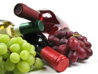 botellas de vino y uvas