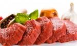 Carne de res cruda y verduras en el fondo blanco