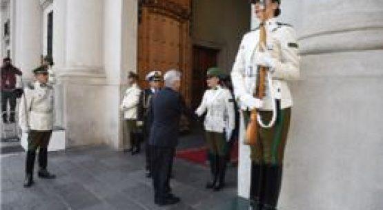 Presidente Piñera saluda a primeras mujeres Centinela de La Moneda